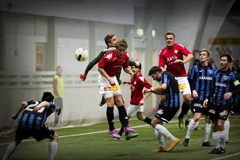 Ville Salmikivi (toinen vas.) pukkasi pallon maaliin Talissa pelatussa liigacupin ottelussa Interiä vastaan 7. helmikuuta.