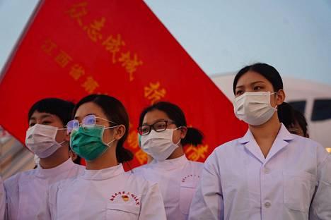 Terveydenhuollon henkilökuntaa palaamassa Hubein maakunnasta Nanchang Changbein lentokentällä Jiangxin maakunnassa. Uusien koronavirustartuntojen määrä on ollut Kiinassa maan sisällä vähenemään päin.