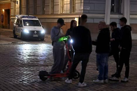 Poliisi oli läsnä seuraamassa iltaa.