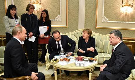 Vladimir Putin (vas.), François Hollande, Angela Merkel ja Petro Porošenko neuvottelivat Ukrainan tulitauosta Minskissä viime yönä.