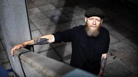 """""""Toivoisin, että löytäisin tulevaisuudessa sopivan tasapainon kaiken kirjoittamisen välille"""", sanoo kirjailija-dramaturgi Marko Järvikallas."""