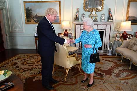 Pääministeriksi noussut Boris Johnson kävi hakemassa viimeisen vahvistuksen kuningatar Elisabetilta Buckinghamin palatsissa heinäkuussa 2019.