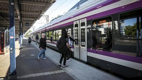 VR ja HSL uudistavat lähijunaliikenteen asiakaspalvelua. Henkilökunnan lisäämisellä pyritään muun muassa parantamaan matkustajien turvallisuudentunnetta.
