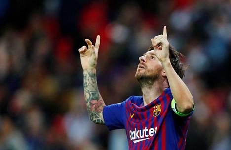 Lionel Messi juhli tuuletti illan toista maaliaan Lontoon Wemleyllä.
