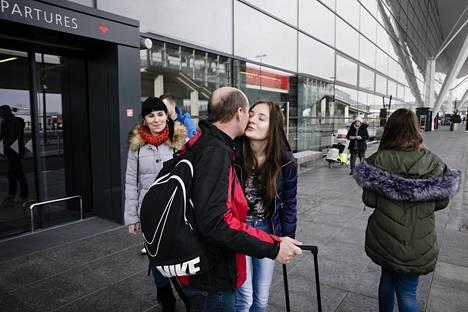 Andrze Suchocki suutelaa saattamaan tullutta tytärtään Karolina Schockia Gdanskin lentokentällä. Vasemmalla vaimo Violetta Suchocki.