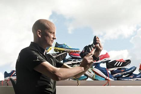 Petri Saavalainen vastaa Juoksija-lehdessä juoksukenkien testauksesta. Adidaksen Adios Boost -kengissä on styroxilta näyttävää polyuretaania välipohjassa.