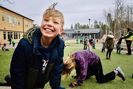 Simon Laupa harjoitteli käsilläseisontaa kaverinsa kanssa välitunnilla Johannes Petrin koulussa Tukholmassa.  Ruotsissa koulut ovat  muutamia poikkeuksia lukuun ottamatta pysyneet auki  koronaepidemian aikana.