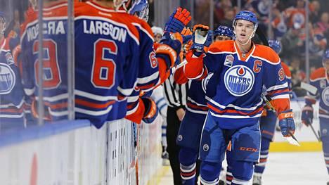 Connor McDavid juhli tekemäänsä maalia Winnipeg-ottelussa torstaina.
