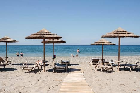 Ihmisiä Euphoria Resort -hotellin rannakka Kreetalla Kreikassa heinäkuussa.