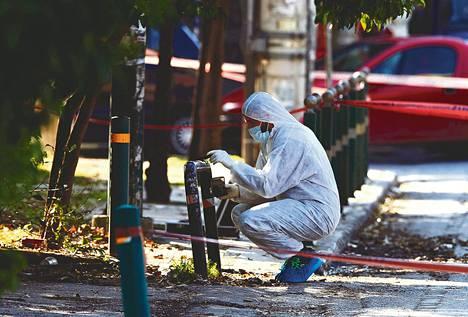 Kreikan terrorisminvastaisen poliisin tutkija keräsi maanantaina näytteitä Saksan Kreikan-suurlähettilään asunnon läheisyydessä Ateenassa.