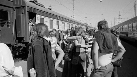 """Suomalaisia nuoria lähdössä Helsingin rautatieasemalta """"ystävyysjunalla"""" Leningradiin heinäkuussa 1975. Ystävyysjunat olivat nuorisomatkoja, joilla tutustuttiin naapurimaan kaupunkeihin ja nuorisoon."""
