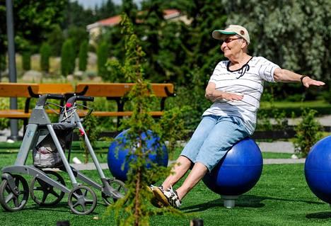 Aina Hyytiä, 84, kuntoili liikunta- ja kohtaamispaikka Kuntokeitaassa Raisiossa maanantaina.