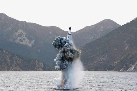 Pohjois-Korean virallisen uutistoimiston huhtikuussa 2016 julkaisemassa kuvassa ohjus nousee veden alta. Pohjois-Korea väitti jo tuolloin pystyvänsä laukaisemaan ohjuksia sukellusveneistä. Nyt sillä on rakenteilla uusi ohjussukellusvene.