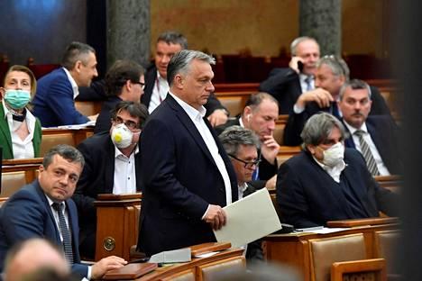 Unkarin pääministeri Viktor Orbán (kesk.) saapui parlamentin istuntoon Budapestissa maanantaina.