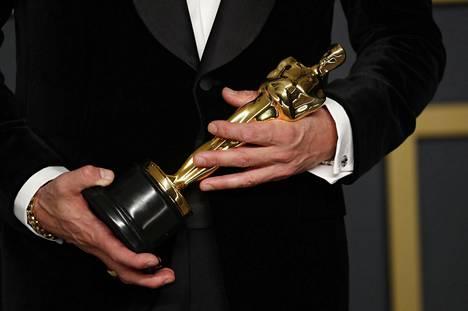 Oscar-patsas näyttelijä Brad Pittin käsissä.