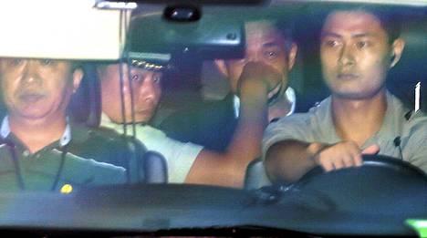 Bo Xilai (toinen oikealta) kuljetettiin pois oikeustalolta perjantaina.