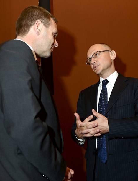 Rosatomin pääjohtaja Sergei Kirienko (oik.) tapasi ministeri Jan Vapaavuoren tiistaina. Fennovoima aikoo tilata Rosatomilta reaktorin.