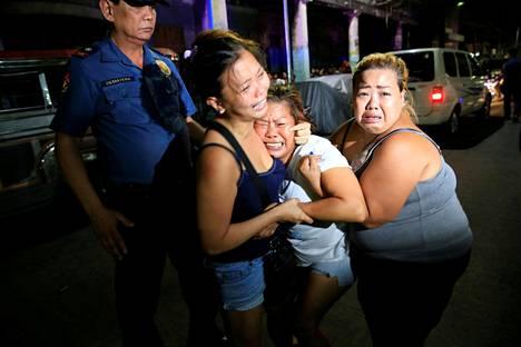 Tuhansia ihmisiä on kuollut Filippiineillä presidentti Rodrigo Duterten huumesodan vuoksi. Naiset surivat huumekauppiaaksi syytettyä ja poliisin tappamaa omaistaan Manilassa viime vuoden marraskuussa.