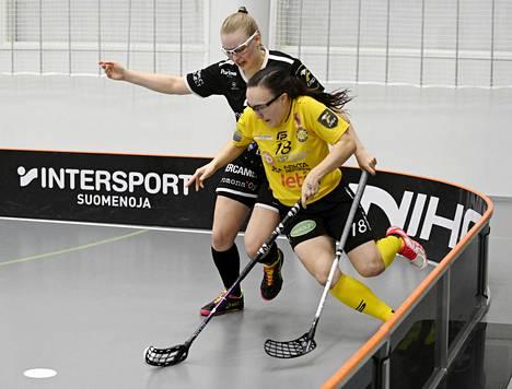 SB-Pron Elina Vanhanen (vas.) ja PSS:n Ella Holmberg (18) ottivat yhteen naisten salibandyn finaaleissa. Kuva ensimmäisestä kohtaamisesta.