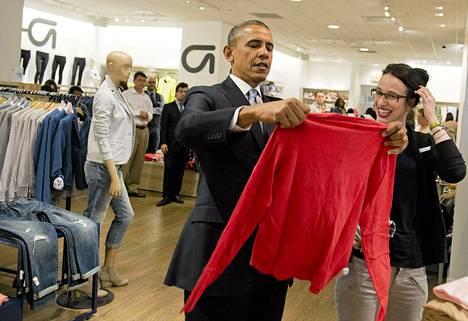 Yhdysvaltain presidentti Barack Obama oli vaateostoksilla Gapin myymälässä New Yorkissa tiistaina.