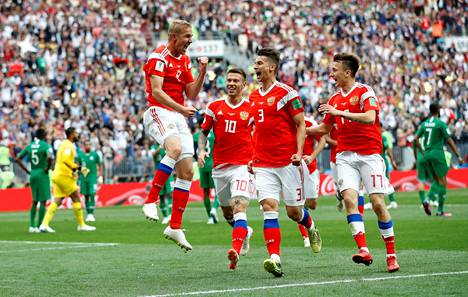 Juri Gazinski (vasemmalla) juhli Venäjän voittoa joukkuetovereidensa kanssa.