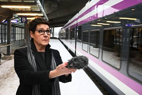 Ylen äänisuunnittelija Tiina Luoma äänitti junien ääniä Ilmalan asemalla.