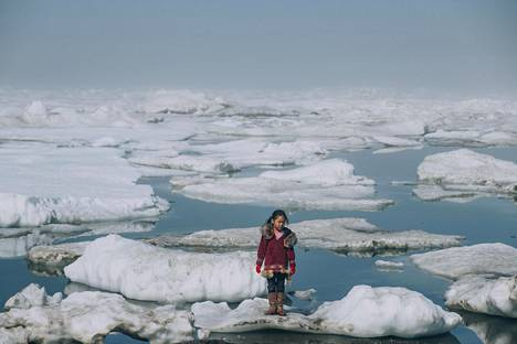 Alaskalaistyttö Amaia seisoi jäälautalla Barrow'n paikkakunnan lähistöllä heinäkuussa 2016. Valtamerien lämpeneminen kiihdyttää napajäätiköiden sulamista.