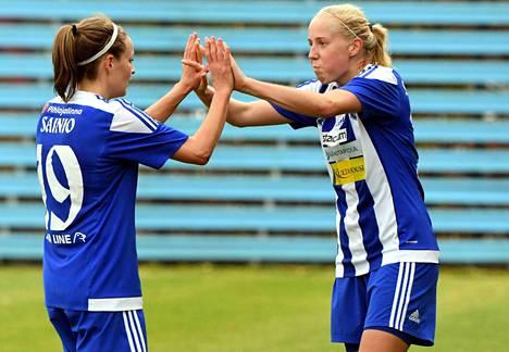 HJK:n voittomaali syntyi viime hetkellä Essi Sainion (vas.) ja Eveliina Summasen yhteistyönä.