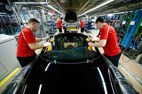 Autoteollisuus on yksi Saksan talouden kivijaloista. Teollisuustuotanto Saksassa on supistunut jopa yllättävän paljon, mikä on herättänyt uusia huolia euroalueen taloudesta. Kuvassa Porschen tehdas Zuffenhausenissa.