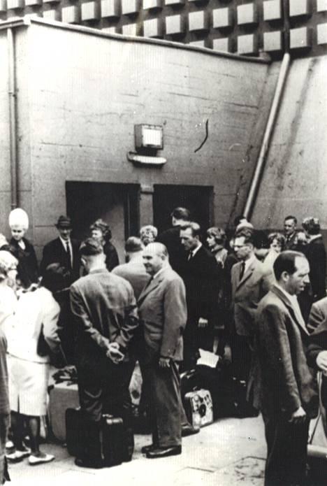 Osa vapaaehtoisista odottaa pääsyä bunkkeriin, jossa heidän on määrä viettää kuusi päivää. Vapaaehtoiset ovat Dortmundista, jossa koe myös suoritetaan. Heitä seuraa bunkkeriin noin 50 lääkäriä ja teknikkoa.