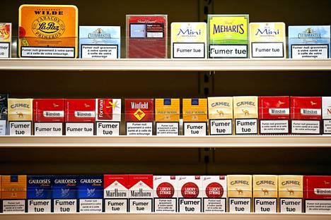 Vielä vuonna 2013 ranskalaisissa tupakka-askeissa näkyi värejä ja suuria logoja.