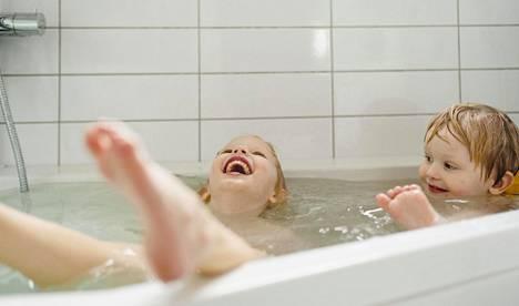 Vauva-lehden ja Ainun kokoama Ainu-perheiden yhteisö pääsi ensimmäisenä kokeilemaan Ainun ihonhoitotuotteita.