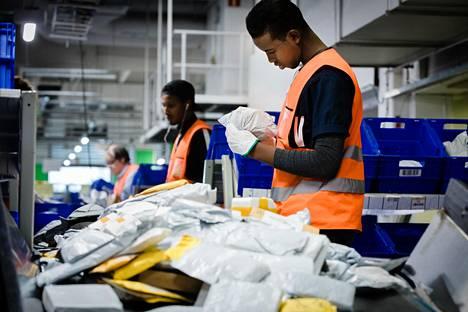 Suomeen tulee Kiinasta vuosittain jopa 15 miljoonaa lähetystä Kiinasta. Ali Buule lajitteli pieniä paketteja Pasilan postikeskuksessa vuonna 2017.