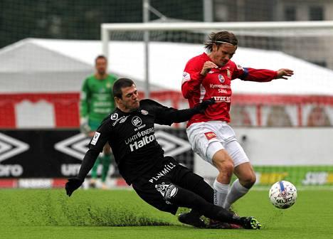 Tommi Vesala (vas.) väänsi viime kaudella MyPan paidassa FC Lahden Rafaelia vastaan.