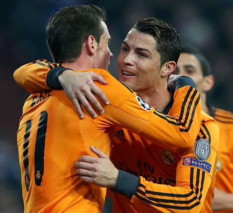 Real Madridin Gareth Bale ja Cristiano Ronaldo tekivät kaksi maalia mieheen, kun Schalke romahti kotikentällään 1–6-lukemin.