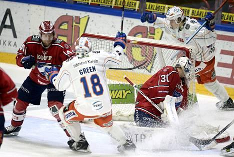 Henrik Haapala (maalin takana) teki onnekkaasti Tapparan voitto-osuman HIFK-vahti Kevin Lankisen verkkoon.