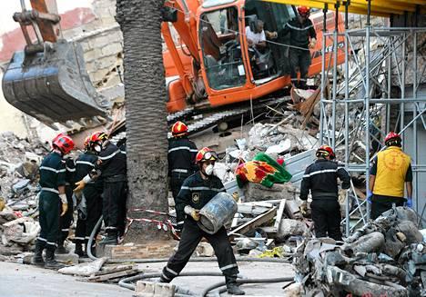 Pelastustyöntekijät tutkivat romahtaneita rakennuksia Casablancassa sunnuntaina.