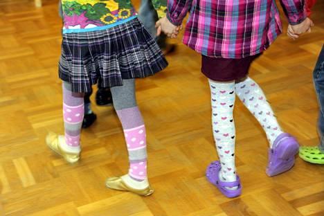Maksulliset musiikkileikkikoulun tunnit kesken päiväkotipäivän voivat rikkoa lasten yhdenvertaisuutta. Siksi eduskunnan apulaisoikeusasiamies selvityttää nyt tilanteen Suomen kunnissa.