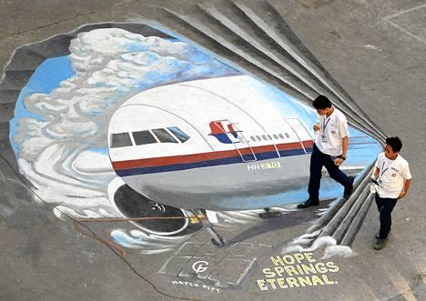 Kadonneen koneen kuva on maalattu katuun Manilan liikekeskuksessa.