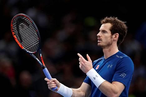 Andy Murray lämmittelemässä Pariisin ATP-turnauksessa.