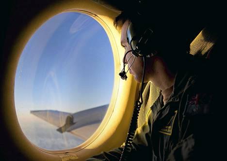 Australian ilmavoimien kersantti etsi tiistaina merkkejä kadonneesta malesialaiskoneesta.