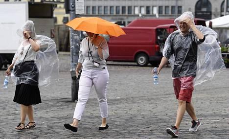 Jalankulkijat suojautuivat sateelta Helsingin Kauppatorilla viime viikon tiistaina.