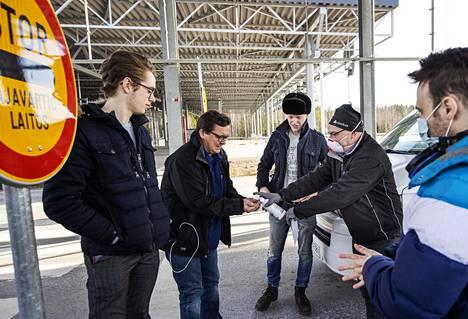 Marko Juusela (vas.), Marko Immonen, Niko Rintala, Jukka Jyrkinen ja Leonardo Caballero lähdössä matkaan Nuijamaan raja-asemalta.