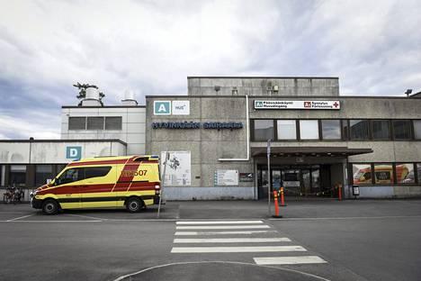 Ambulanssi Hyvinkään sairaalan pääsisäänkäynnin edessä toukokuussa 2020.