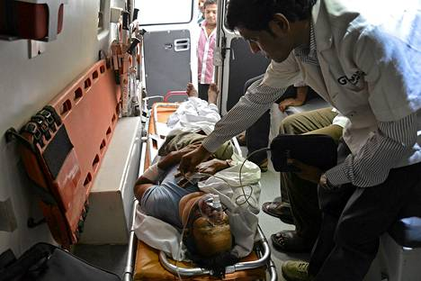 Maamiinan räjähdyksessä haavoittunutta vaalivirkailijaa kuljetettiin ambulanssilla sairaalaan Intian Raipurissa lauantaina.