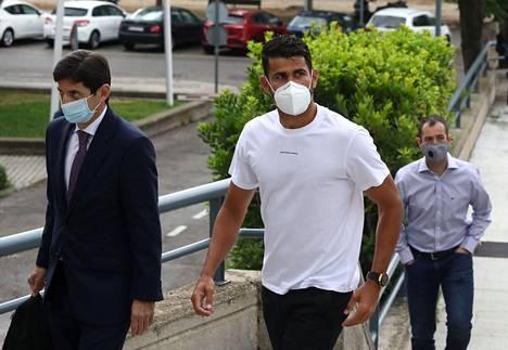 Diego Costa (kesk.) saapui oikeuteen kasvomaski naamallaan.