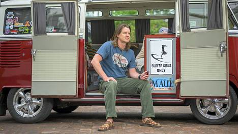 Vesa-Matti Paananen Volkswagen-bussissaan, joka on vuodelta 1965. Paananen työskentelee nykyään Microsoftilla kumppaniyksikössä teknologiajohtajana.