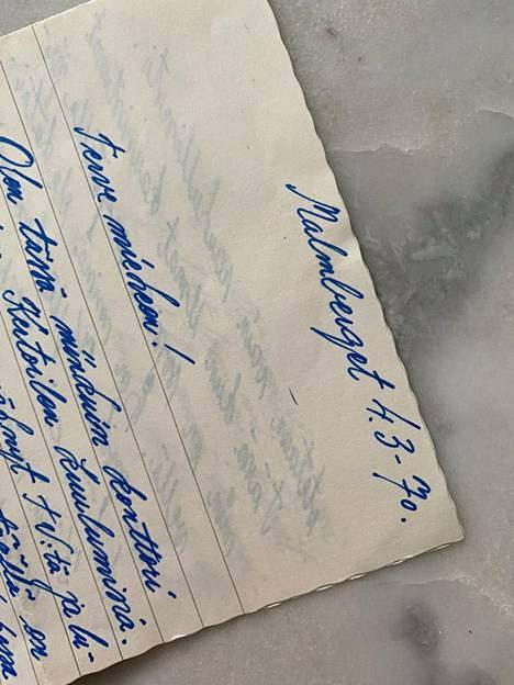 Mysteerikirje on päiväyksen mukaan kirjoitettu 1970-luvulla. Käsiala näyttää erilaiselta kuin kuoren päällä.