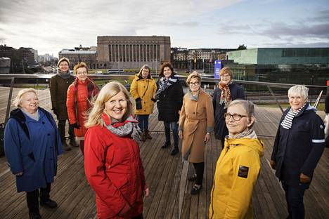 Aktivistimummot alkavat pitää Oodissa yleisötilaisuuksia ilmastonmuutoksesta. Kuvassa perustaja jäseniä Oodin terassilla, etualalla Seija Kurunmäki ja Anu Harkki.