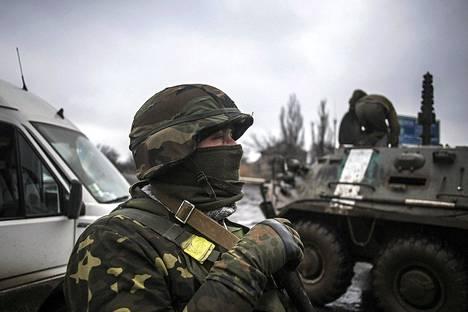 Ukrainan armeijan sotilaat valmistautuivat taisteluihin Debaltseven ulkopuolella tiistaina.